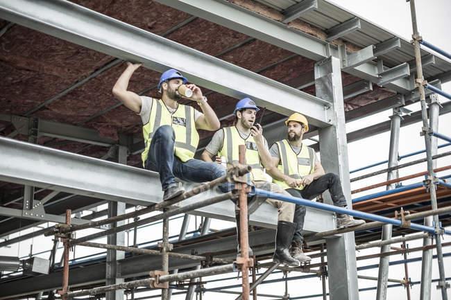 Bauarbeiter machen Pause auf Baugerüsten — Stockfoto