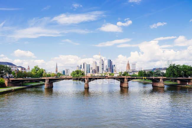 Мальовничий вид на міський пейзаж Франкфурт-на-Майні з річки і міст в сонячний день, Німеччині, Європі — стокове фото
