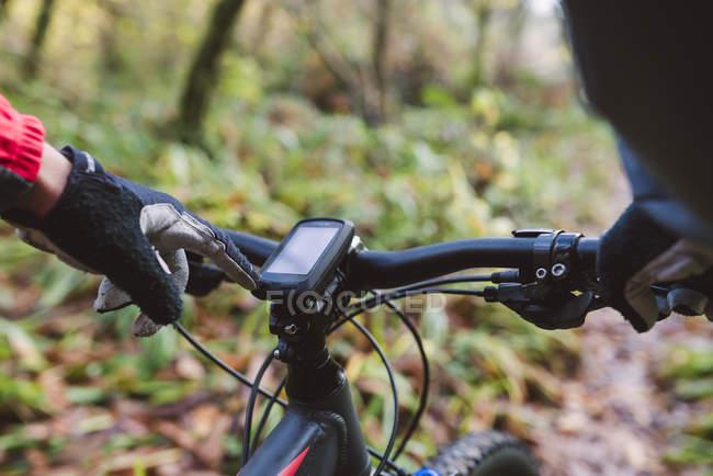 Close-up do dispositivo GPS de mountain bike com mão masculina no guidão — Fotografia de Stock
