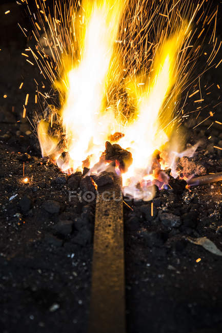 Пожежа в семінар для ковалем і частковим видом металевих деталей — стокове фото