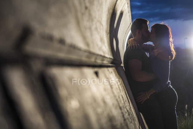 Пара в любовь поцелуй на стене — стоковое фото