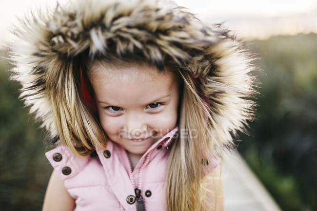Милий кавказька дівчинка з задоволенням в Лонг зелена трава — стокове фото