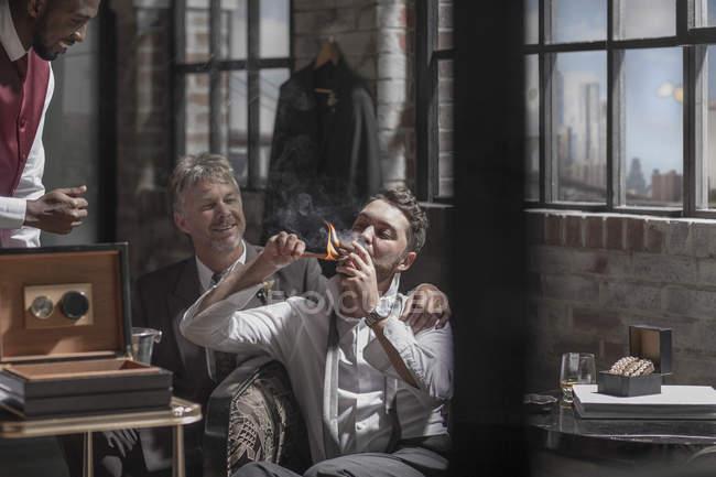 Mit besten Mann raucht eine Zigarre vor der Hochzeit Bräutigam — Stockfoto