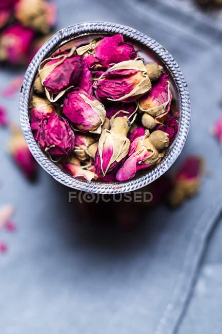 Vista de close-up de flores secas rosa na tigela — Fotografia de Stock