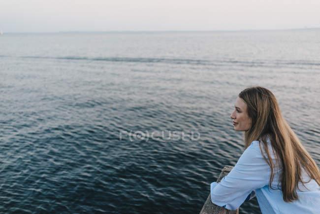 Молодая кавказка перед морем — стоковое фото