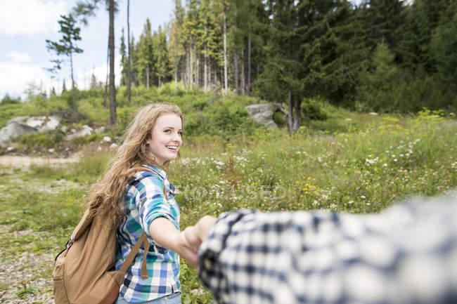 Молода жінка з хлопцем на травневого походу — стокове фото