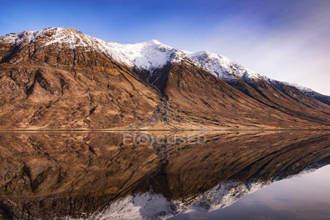 Écosse, Highlands, Loch Etive avec Ben Starav enneigé en arrière-plan — Photo de stock