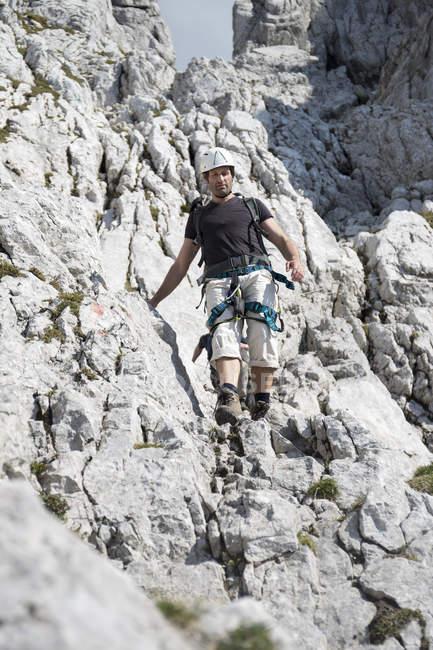 Austria, Tirolo, Wilder Kaiser, uomo sulla via ferrata — Foto stock