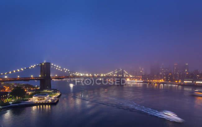 EUA, Nova York, vista para Brooklyn Bridge no nevoeiro à noite — Fotografia de Stock