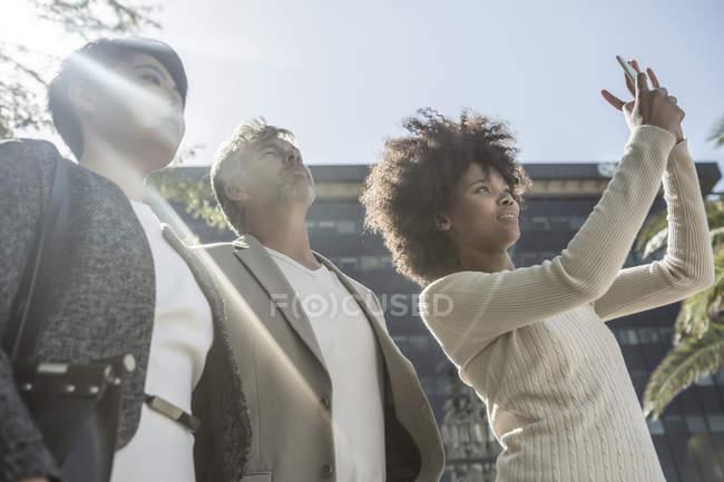 Группа людей, наблюдающих за событием, фотографирующих смартфоны — стоковое фото