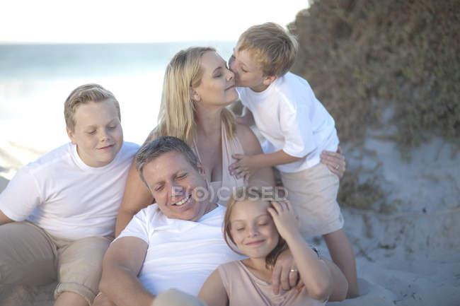 Ritratto di Happy family rilassante sulla spiaggia — Foto stock