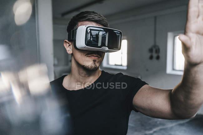 Hombre con gafas de realidad virtual - foto de stock
