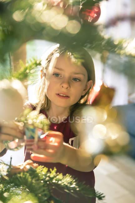 Retrato de niña, decorar árbol de Navidad - foto de stock