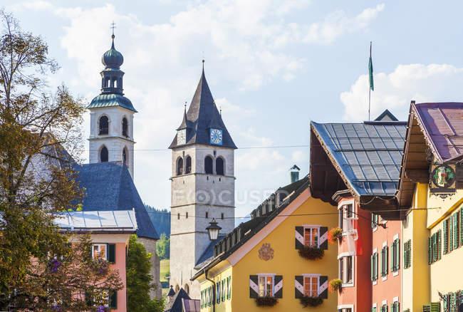 Blick auf typische Häuser und Kirchen, Kitzbühel, Tirol, Österreich — Stockfoto