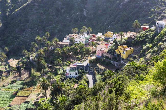 Spanien, Kanarische Inseln, La Gomera, Vallehermoso, Macayo, Anzeigen von Gebäuden auf Hügel — Stockfoto