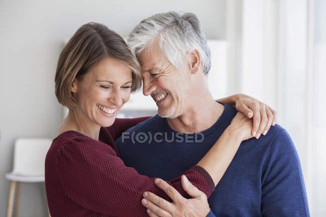 Feliz maduro adulto caucasiano casal abraçando em casa — Fotografia de Stock