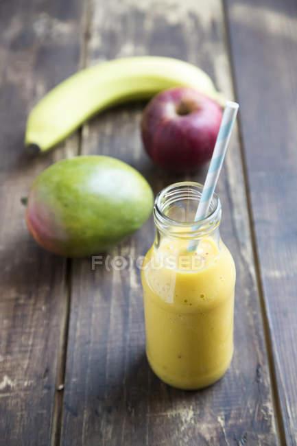 Closeup vista do frasco de vidro com frutas e suco de manga — Fotografia de Stock