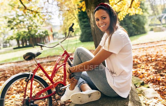 Porträt einer schönen jungen Frau im Park — Stockfoto