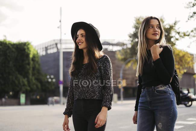 Zwei beste Freunde zu Fuß in der Stadt — Stockfoto