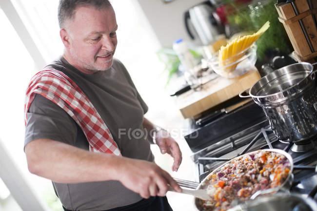 Retrato de Homem cozinhar na cozinha — Fotografia de Stock