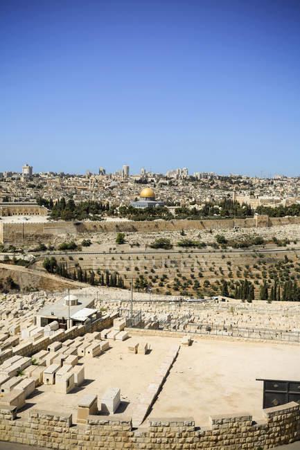 Vista da cidade com o cemitério e a cúpula da rocha, Jerusalém, Israel — Fotografia de Stock