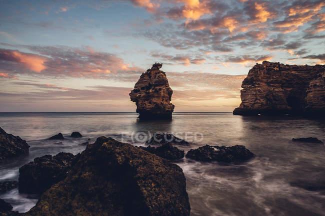 Portogallo, Algarve, Albufeira, formazione rocciosa al tramonto — Foto stock