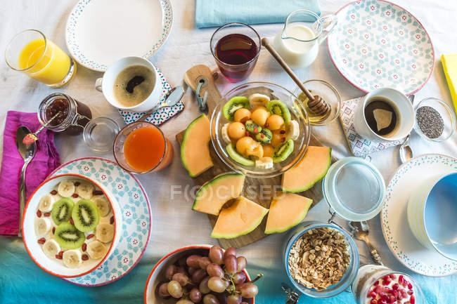 Закладений сніданком з мюслі, фруктові — стокове фото