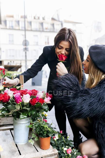Две молодые женщины на уличном рынке на Монмартре — стоковое фото