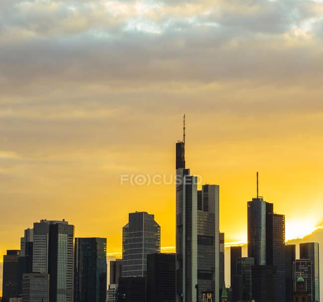 Frankfurt am Main centro rascacielos al atardecer, Alemania, Europa - foto de stock