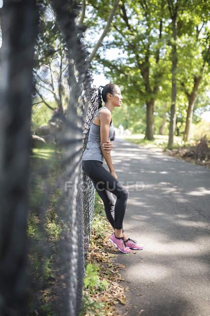 Спортсменка, відпочиваючи в парку — стокове фото
