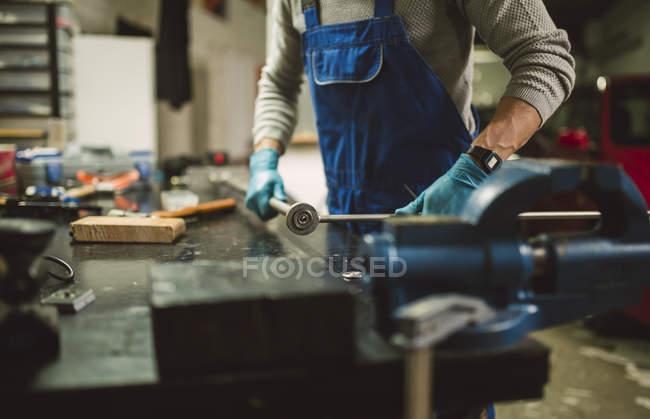 Закри механік роботи в ремонт гаража — стокове фото