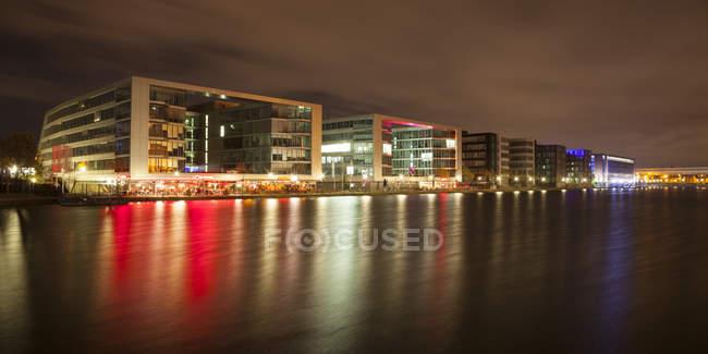 Porto interior com edifícios de escritórios e restaurantes à noite, Duisburg, Renânia do Norte-Vestefália, Alemanha — Fotografia de Stock