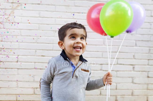 Портрет щасливий малюк проведення три кулі — стокове фото