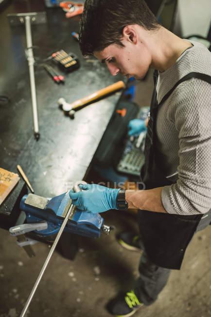 Young mechanic working in repair garage — Stock Photo