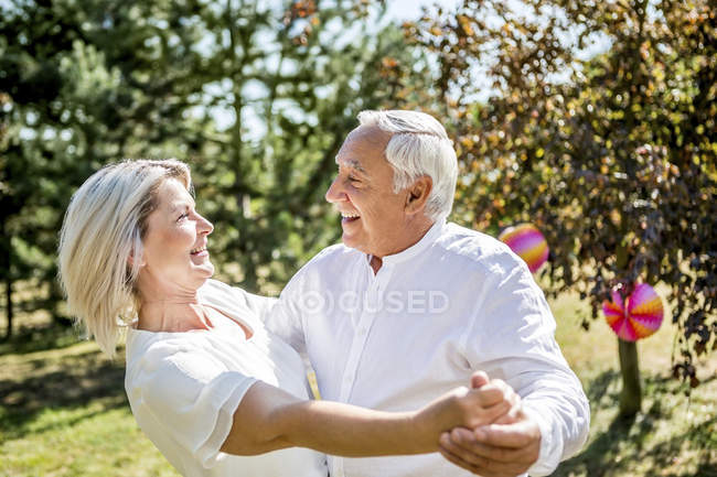 Glückliches älteres Paar tanzt draußen — Stockfoto