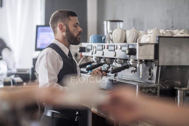 Preparazione del caffè nel moderno ristorante cameriere — Foto stock