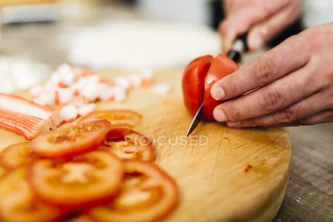 Image recadrée de tomates coupe Chef pour pizza. — Photo de stock
