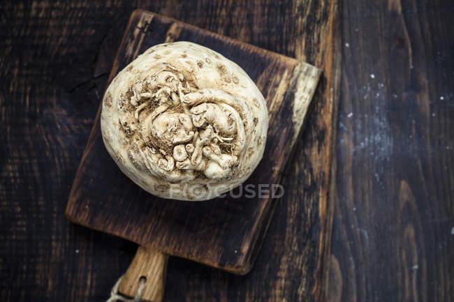 Вид сверху сельдерея на деревянные разделочные доски — стоковое фото