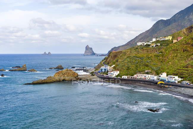 Spanien, Kanarische Inseln, Teneriffa, Roque de Las Bodegas mit Meerblick und Berge — Stockfoto