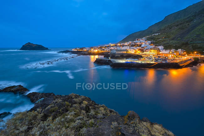 Spain, Canary Islands, Tenerife, Seascape with Garachico in the evening — Stock Photo