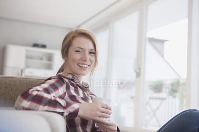 Женщина расслабляется с чашкой кофе — стоковое фото