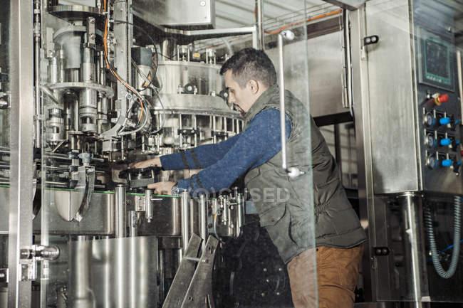 Молодой человек, работающий на пивоварне — стоковое фото
