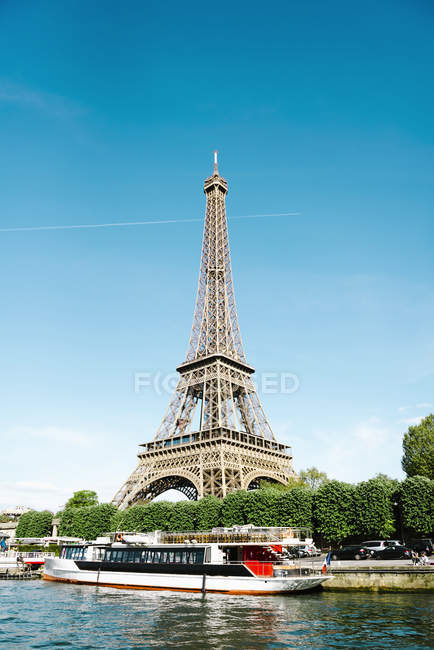 Paris, France. Eiffel Tower from Seine river in sunny day — Stock Photo