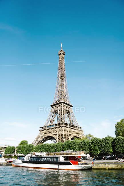 Parigi, Francia. Torre Eiffel dalla Senna in una giornata di sole — Foto stock