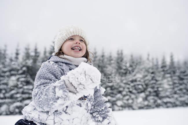 Щаслива дівчина у зимовий пейзаж — стокове фото