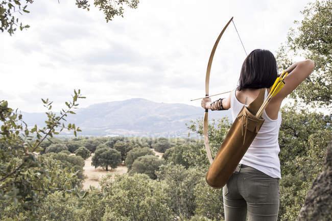Rückansicht des jungen sportlichen Archeress zur Entfernung — Stockfoto