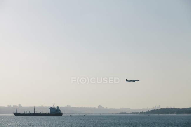 Турция, Стамбул, посадка самолета и парусный корабль в гавань — стоковое фото
