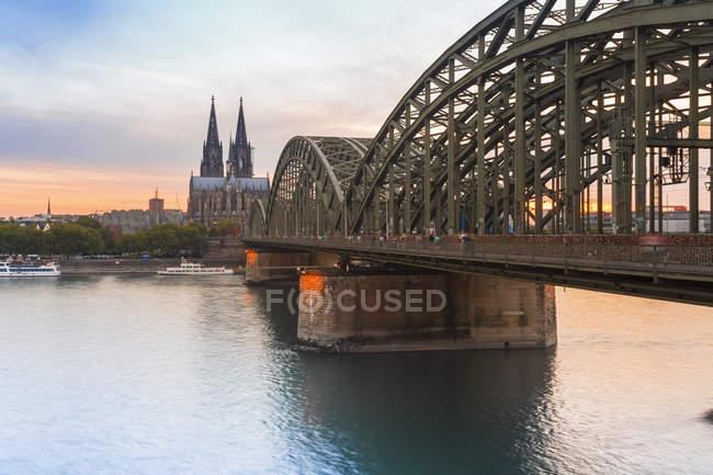 Deutschland, Köln, Blick auf den Kölner Dom mit Hohenzollernbrücke im Vordergrund — Stockfoto