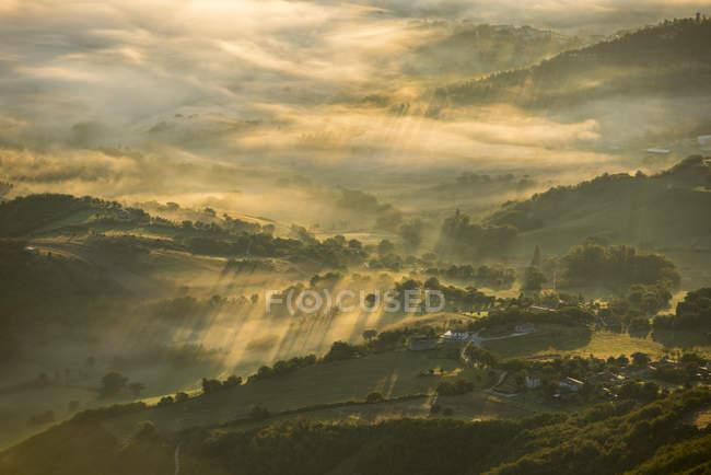 Itália, Marche, Apeninos, vista aérea de vales com nevoeiro ao nascer do sol — Fotografia de Stock