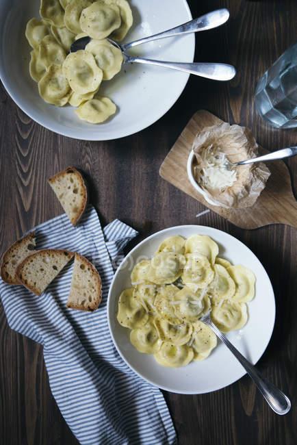 Raviolis con mantequilla y pimienta en la mesa - foto de stock